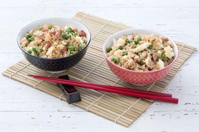 Il riso alla cantonese è un piatto molto diffuso nei ristoranti cinesi in Italia a base di riso basmati, uova strapazzate, piselli e prosciutto cotto.