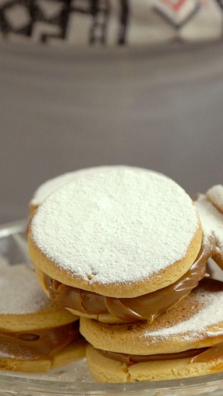 Aprenda a fazer alfajor de doce de leite, esse irresistível e delicado doce que desmancha na boca! Ingredientes: 200g de manteiga em ponto de pomada, 120g de açúcar, 1 ovo, 40g de mel, 1 colher de chá de essência de baunilha, 400g de farinha de trigo, 100g de amido de milho, 1 colher de chá de bicarbonato de sódio, 1 colher de chá de fermento químico, Sal, 400g de doce de leite pastoso, 3 colheres de sopa de açúcar de confeiteiro