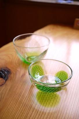 サラダやデザートのぴったりの小鉢。 おそうめんなどを入れるのにも、涼しげで良さそうですね。 もちろん、そのまま飾って、インテリアの一部にされても良いと思います。  存在感のあるガラス器、琉球ガラスの魅力です。
