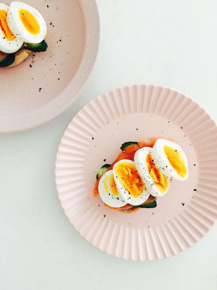 Simple breakfast. スモークサーモンとゆで卵のサンドイッチ。