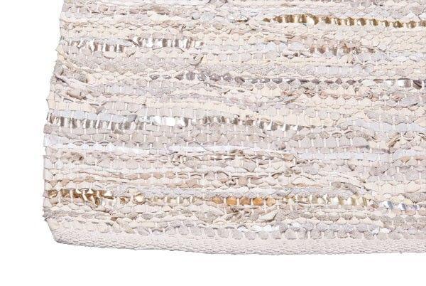 Super mooie handgeknoopt vloerkleed van Zenza. Deze kleden zijn gemaakt van gerecycled leer en katoen. Hierdoor is ieder exemplaar uniek.** Vanwege enorme populariteit tijdelijk niet leverbaar. Bestel nu alvast uw kleed om straks niet mis te grijpen.