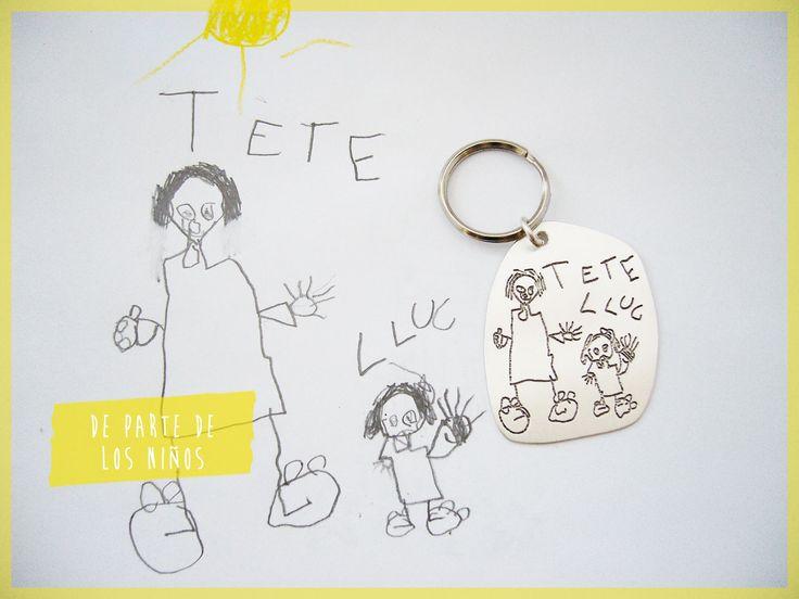 """Lluc se dibujó con su """"Tete"""", nosotras lo reproducimos en un llavero."""