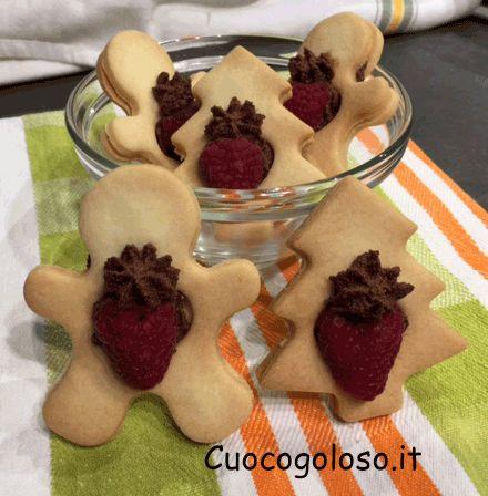 Biscotti con Cuore al Cioccolato e Lampone.  #biscotti #cioccolato #lamponi #biscottifattiincasa