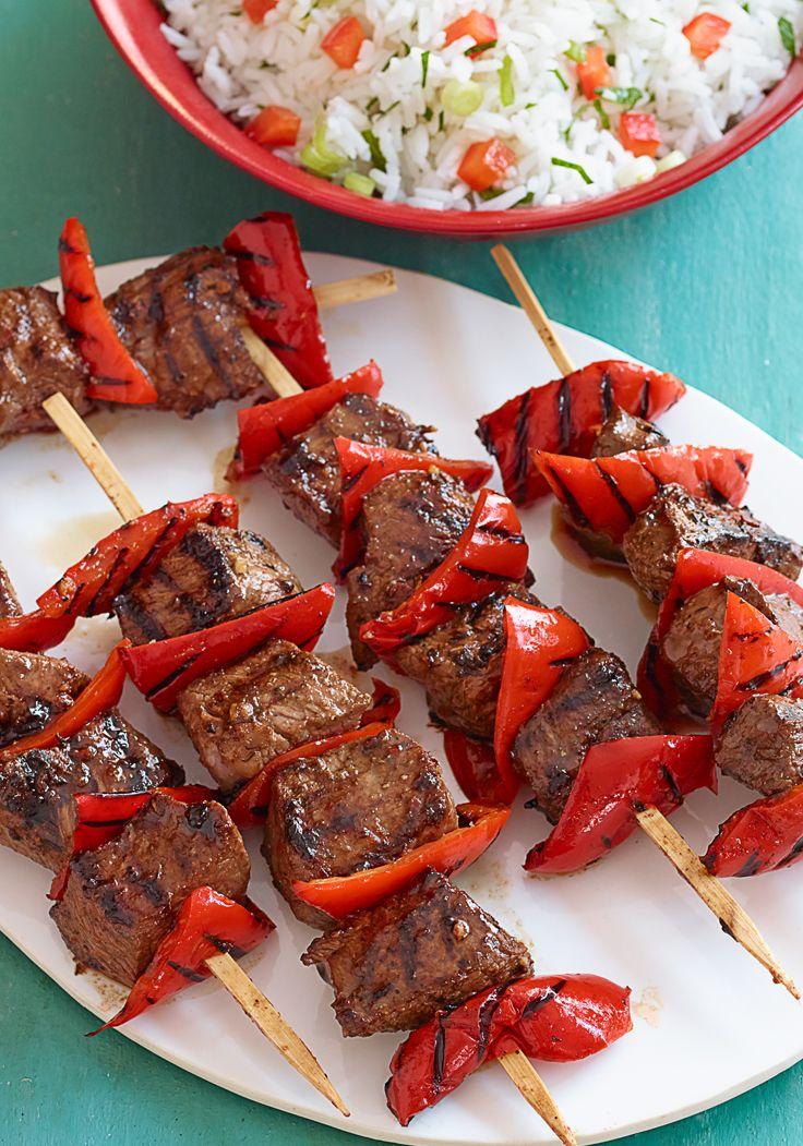 Brochetas de carne de res y pimiento rojo- Estas brochetas son fáciles de preparar y hacer, perfectas para tu parrillada.