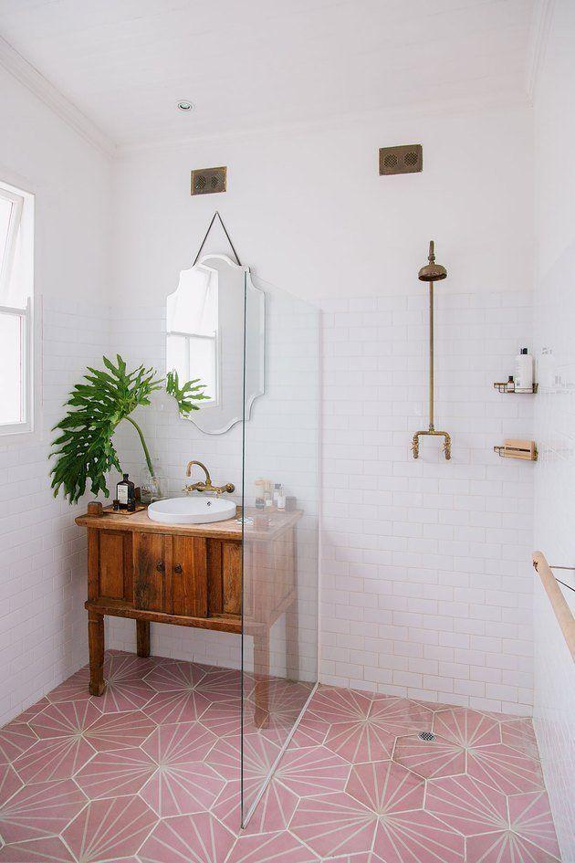 Skandinavisches Badezimmer mit gemusterter rosa Bodenfliese und begehbarer Dusche