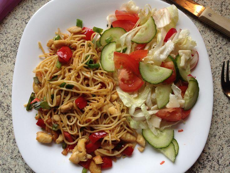 Csirkés újhagymás tészta, salátával