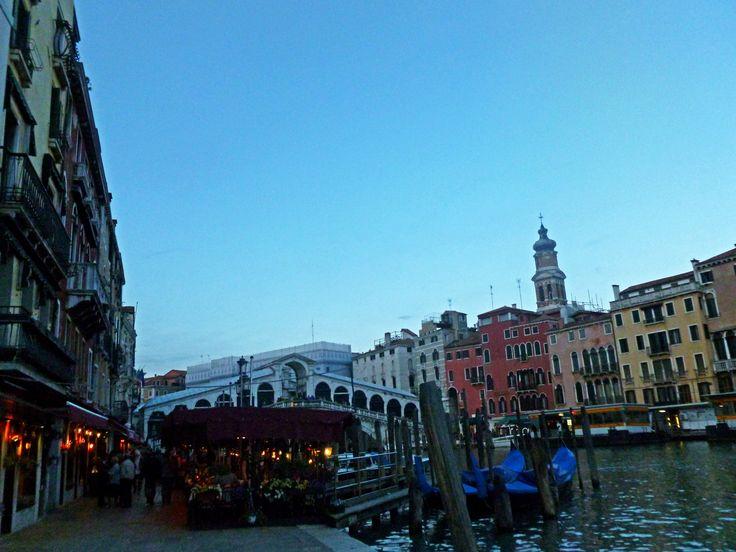 Ponte di Rialto. А по пути к нему великолепные итальянские рестораны, возле которых стоят метрдотели и приглашают всех прохожих присоединиться к этому гастрономическому празднику! Вечер в Венеции начинается!