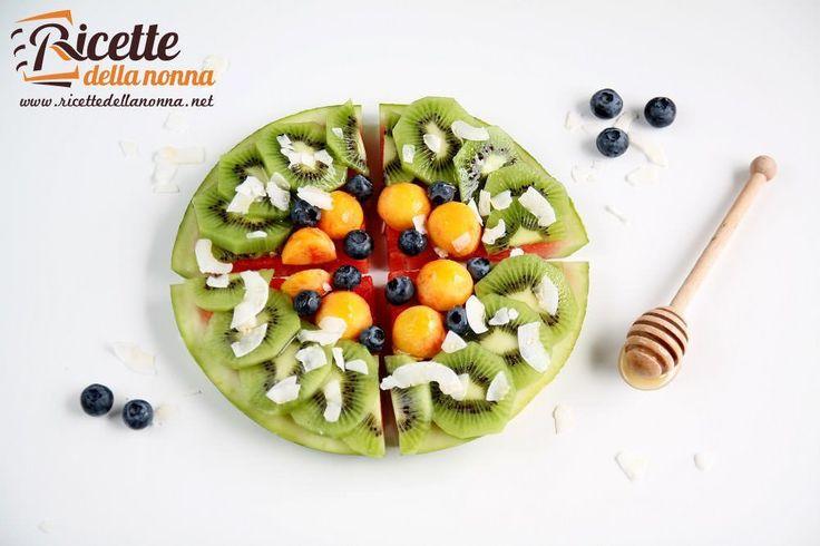 La pizza dessert di anguria è un dessert molto semplice e al contempo molto scenografico. Potete utilizzarlo per una festa di bambini o chiudere una cena estiva in modo divertente. Potete usare qualsiasi tipo di frutta di stagione o anche aggiungere uno strato di panna o yogurt sullanguria per rend...