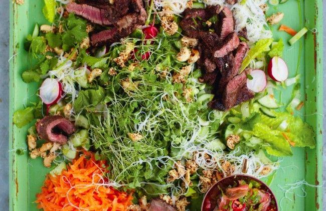 Jamie Oliver's Aziatisch rundvlees met noedelsalade & gemberdressing | Culy.nl