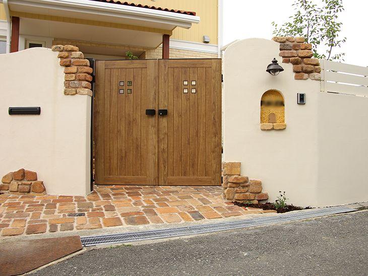 アンティークレンガ 木調門扉が似合う表情豊かなナチュラル外構 Diy 壁 レンガ 玄関アプローチ タイル エクステリア