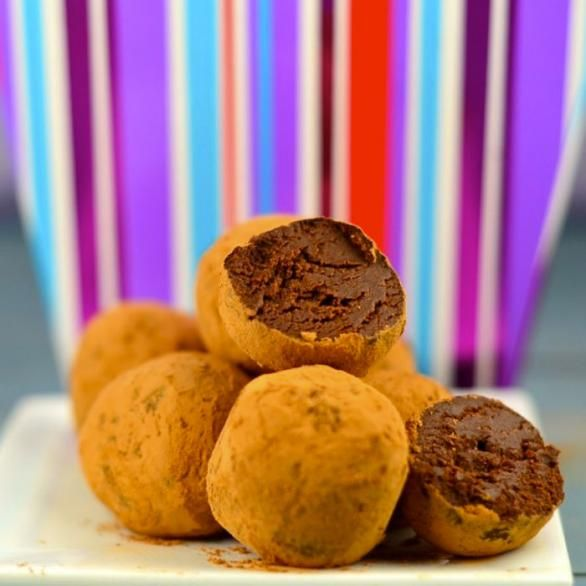 Διαιτητικά τρουφάκια για ένα πρωινό χωρίς θερμίδες και συνάμα απολαυστικό. Γιατί όλοι αγαπάμε την σοκολάτα! Τι θα χρειαστείς ½ του φλιτζανιού δάκρυα σοκολάτα 60% κακάο 1 κουταλιά της σούπας βούτυρο ¼ του φλιτζανιού άπαχο ελληνικό γιαούρτι 1/3 του φλιτζανιού κακάο Πως θα το φτιάξεις Σε μπέν μαρί λιώσε τα δάκρυα σοκολάτας. Αφού λιώσει η σοκολάτα [...]