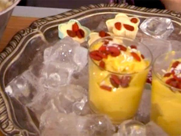 Mangoglass gjord på endast fryst mango och cashewnötter/avokado. Enkelt, nyttigt och gott!