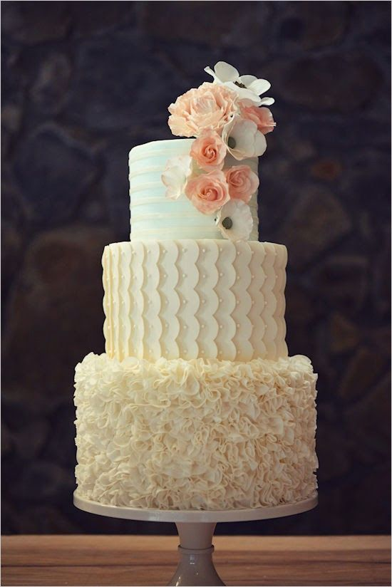 Elegant and romantic cake by Country Cake Shop. #wchappyhour #weddingchicks