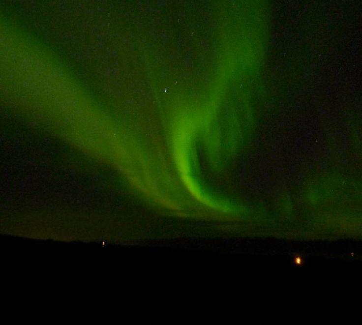 Y por fin llegó ella. Increíble la aurora boreal. Parece un gusano verde que se mueve por el cielo #islandia #iceland #northerlights #auroraboreal #aroundiceland #green