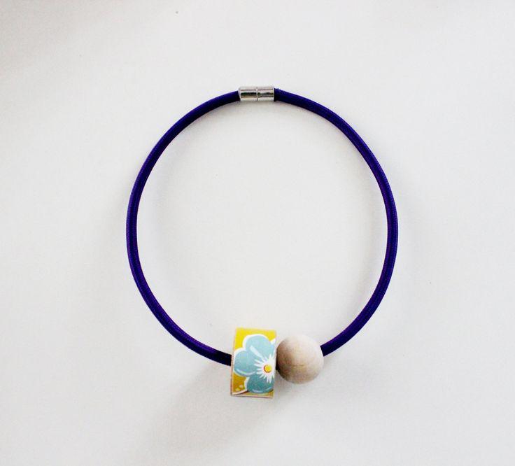Collana 1001 viola con cavo elettrico rivestito in tessuto e dettaglio in legno con carta da parati gialla e azzurra a tema floreale! di IlluminoHomeIdeas su Etsy