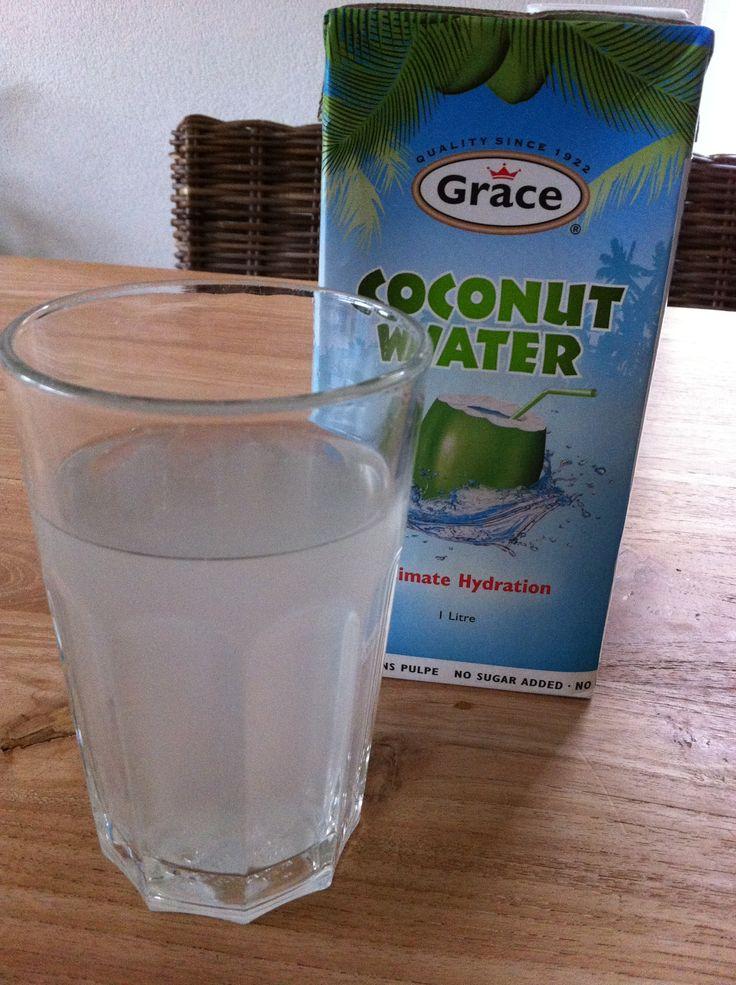 Waarom is kokoswater nou zo gezond:   Kokoswater heeft een hoog gehalte aan mineralen, in het bijzondere aan kalium. Kalium is nodig voor de vochthuishouding, een goede werking van de spieren en de aanmaak van eiwitten en glycogeen, vooral voor sporters zeer belangrijk. Kalium is ook nodig voor het handhaven van een normale bloeddruk. Dus hoog aan voedingswaarde, maar laag aan calorien maakt het een gezond drankje.