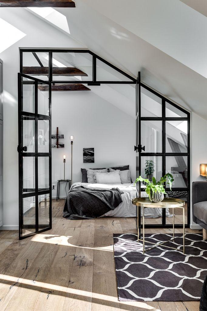 In dit appartement scheiden de stalen deuren de slaapkamer van de woonkamer - Roomed