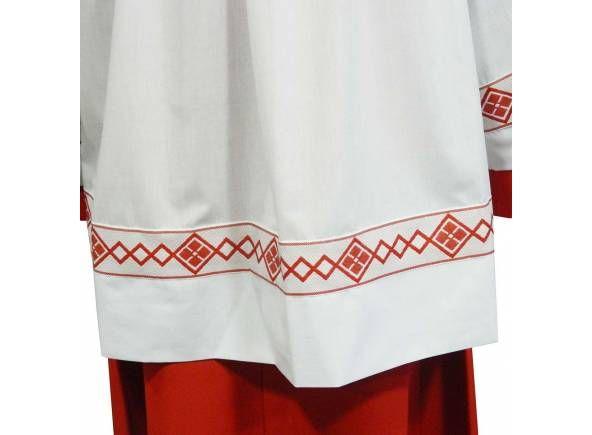 Túnica de monaguillo en color rojo fabricada en 100% poliéster y roquete blanco. Parte delantera de la prenda / White altar server #surplice with square neck line. Polyester server surplice and red #cassock  (2/2) http://www.articulosreligiososbrabander.es/tunica-ropa-roja-monaguillo-poliester.html #AlbaLiturgica #Ornamento #Monaguillo #roquete #vestments #mass #altarboy