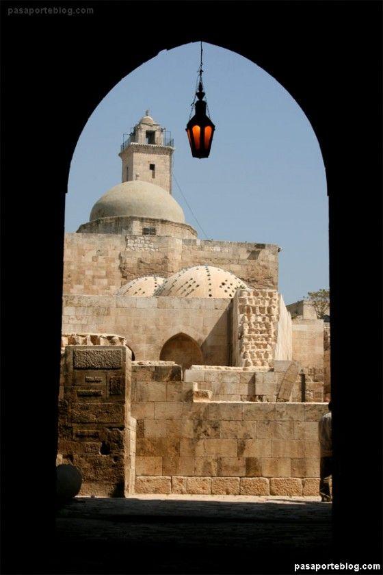 La Ciudadela de Aleppo (Alepo), Siria, fue construida a una altura de 50 metros sobre la ciudad y está habitada desde principios del I milenio A.C. Esta antigüedad no es de extrañar si tenemos en cuenta que Aleppo es la ciudad más antigua del mundo.