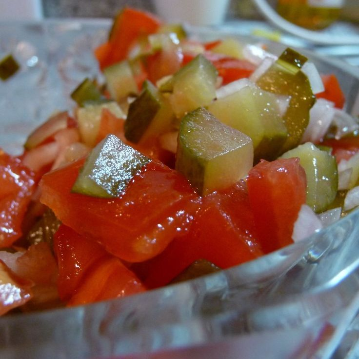 Салат из помидора и консервированного огурца