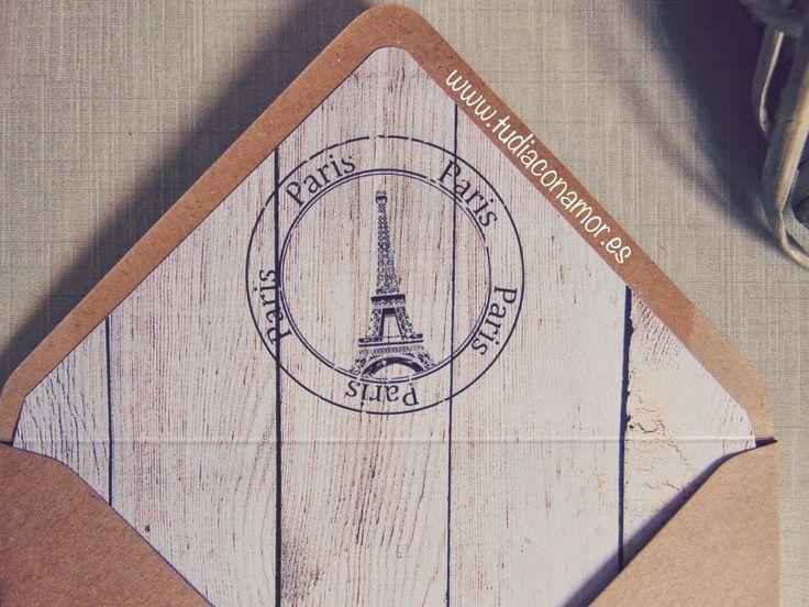 Solapa de sobre kraft decorado de estilo romántico con sello de la Torre Eiffel de París. Ideal para invitaciones de boda de temática retro o vintage.  Colección de boda tudiaconamor.es