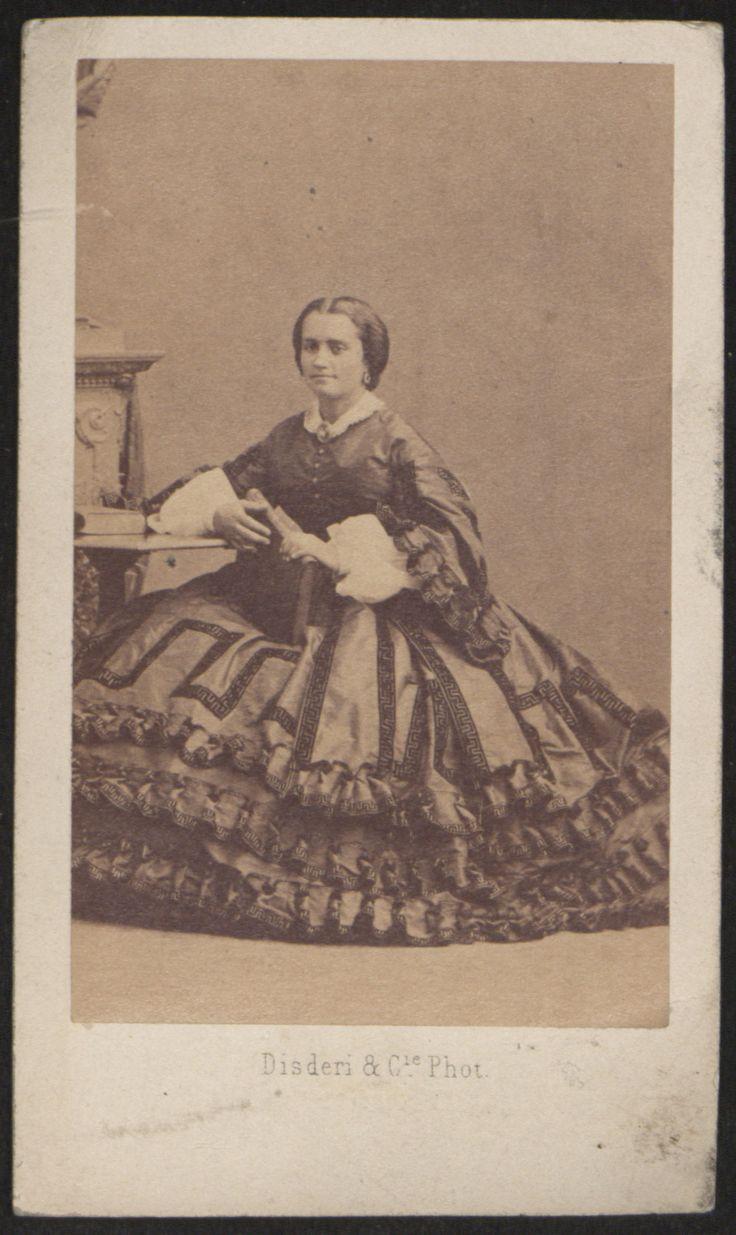 Fotografías Personales: Retrato de la madre de Ricardo Orueta. Copia a la albúmina. http://aleph.csic.es/F?func=find-c&ccl_term=SYS%3D000125538&local_base=ARCHIVOS