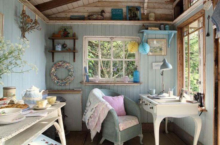 Уютный интерьер маленького деревянного дома