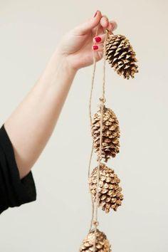 DIY gold leaf pine cone garland. invece della foglia ora, si potrebbe usare la vernice dorata (decor paint gold in offerta su www.coloraletueidee.it)