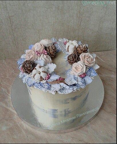 Зимний кремовый торт; в инстаграмме - @medina_tort;