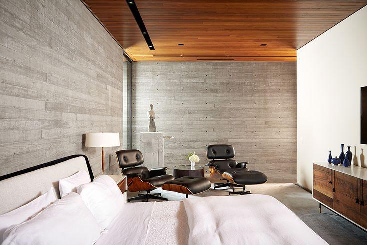 Спальня одновременно спокойная и элегантная.