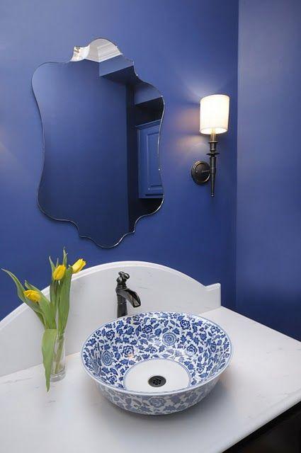 Banheiros fora do comum O efeito de uma linda bacia de cerâmica pintada a mão. O mesmo pode ser feito até com bacias de alumínio que tenham profundidade suficiente para evitar respingos.
