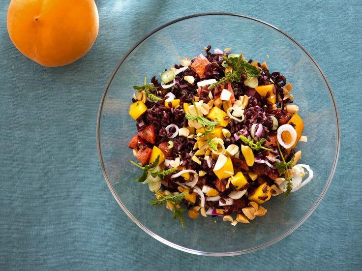L'insalata di riso venere con condimento agrodolce è un primo piatto dal sapore deciso, facile da realizzare