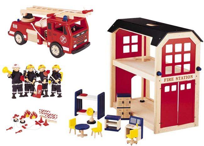 Paketpris på 4 delar där brandstation, brandbil, brandmän och brandtillbehör ingår.