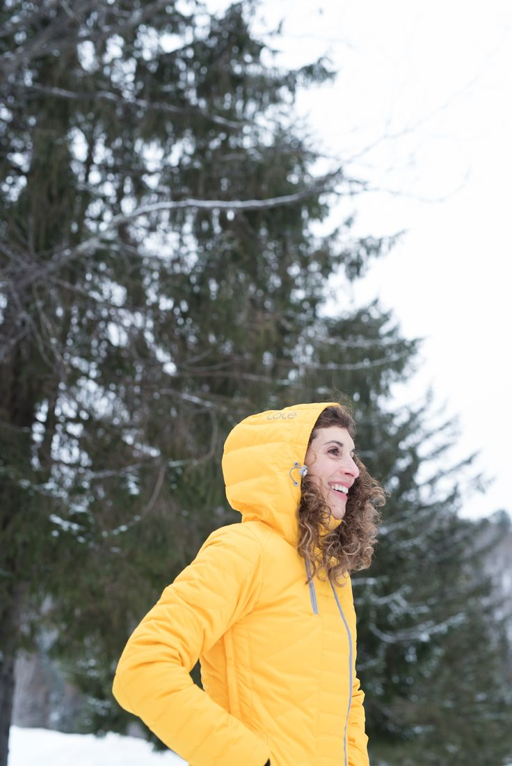 This Lolë packable jacket, the most popular choice for travel thanks to its compact pouch, is now reversible! It's extremely lightweight and will keep you toasty warm.