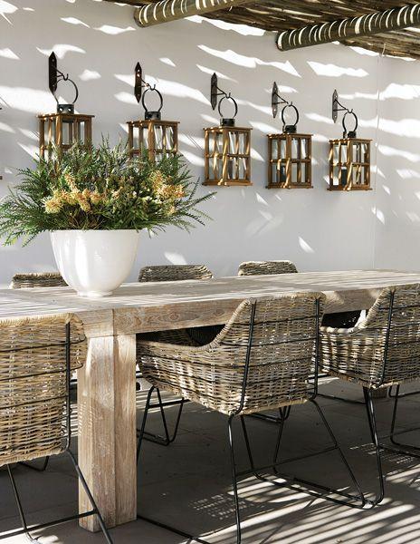 Bonito mobiliario rústico para esta terraza con pérgola. #terrazas #mobiliario #rustico