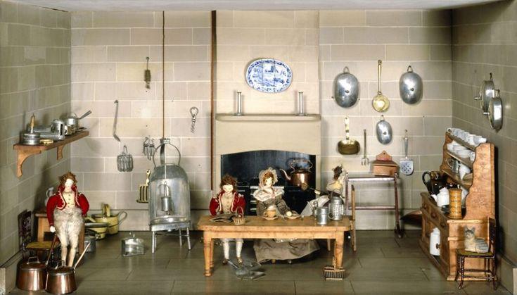 Una exposición en el Museo de Niñez de Londres reúne ejemplos ingleses de casas de muñecas de los últimos trescientos años. Amuebladas y decoradas con 1.800 objetos en miniatura, entre ellas hay viviendas unifamiliares, mansiones señoriales y casas de diseño. Los muñecos que viven y trabajan en cada hogar cobran vida con narraciones y diálogos creados para la muestra y que se activan con botones junto a las vitrinas.