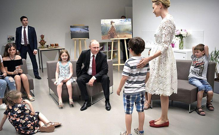Владимир Путин посетил Российский духовно-культурный центр в Париже.  29 мая 2017 года