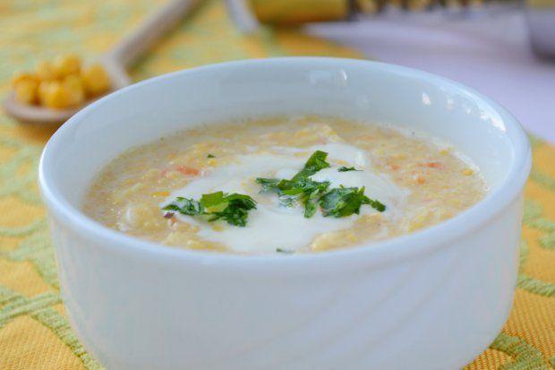 Pürierte Maiscremesuppe mit Gemüse und Sahne
