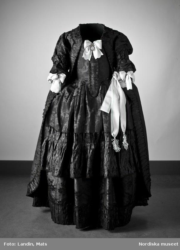 Digitalt Museum - Bruddräkt, svenska dräkten. Av svart mönstrat siden. Buren 1 januari 1780 av Sofia Lovisa Brüch. Nordiska museet inv nr 192119.