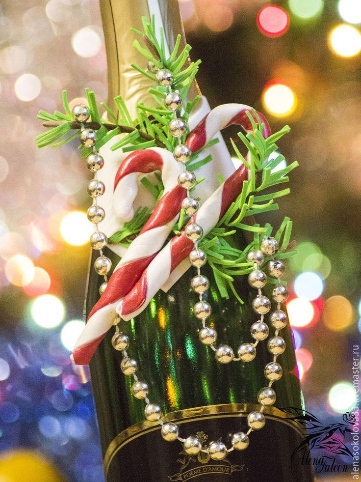 Что такое Новый год? Запах мандаринов, яркие гирлянды, нарядная, пахучая елка и, конечно же, шампанское. Без этого игристого напитка, пожалуй и новогодний стол будет не таким уж и новогодним. Сегодня я предлагаю украсить бутылку шампанского аппетитным съемным украшением из фоамирана. Данный мастер-класс можно условно разделить на 3 мини мастер-класса: 1 — изготовление леденца; 2 — изготовление еловой ветки; 3 — окончательная сборка украшения.