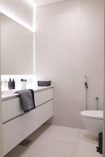 talo markki -valkoinen moderni vessa isolla peilillä