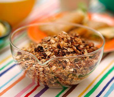 Müsli blir betydligt nyttigare och godare om du gör den själv. Efter att ha testat den här enkla, knapriga müslin med mandel och russin kommer du inte vilja använda något annat. Ett måste på frukostbordet!