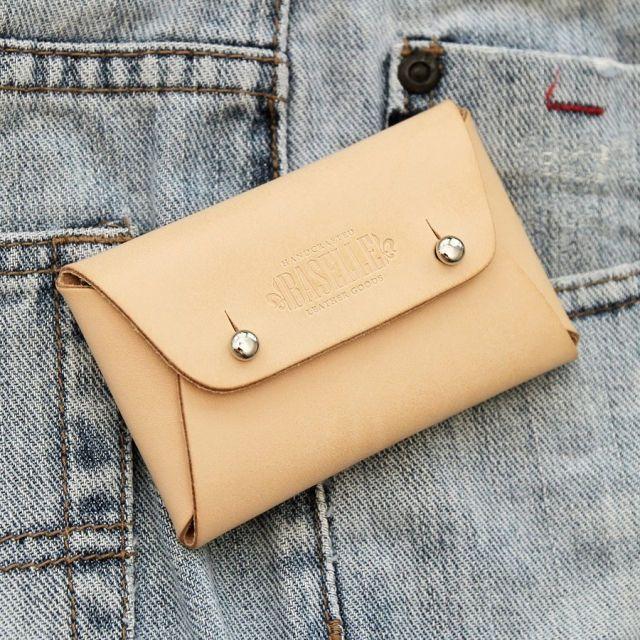Spesifikasi  ---------------------------------------------------------------------  Material : vegetable tanned leather  Panjang : 10 cm  Lebar : 6,5 cm  Ketebalan kulit : +/- 1,5 mm  Warna : natural  Semua wallet/pouch dibuat secara handmade dari bahan vegetable tanned leather.   Cocok untuk digunakan sebagai dompet kecil tempat menaruh kartu, uang kertas dan koin.