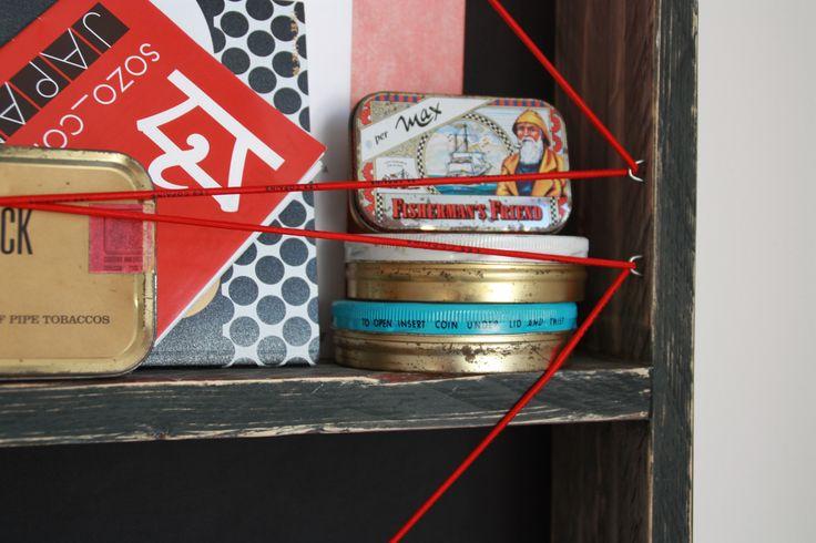 Particolare della bacheca libreria con schiena in tessuto, progettata per riporre libri e decorare pareti.