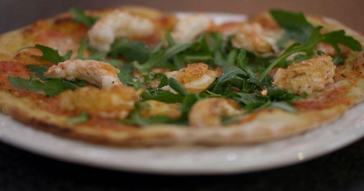 Langoustines zijn een delicatesse. Je voert echter geen grote culinaire kunsten uit als je de langoustines schikt op een eenvoudige zelfgebakken pizza. Maar zo krijgt die populaire Italiaanse broodschijf in één klap wel een flinke upgrade. Uiteraard gaat zo'n edel product uit de zee niet mee in de oven. De langoustines bak je kort in de pan, en leg je vervolgens op de versgebakken pizza.