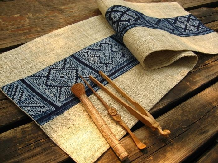 Batik, natural burlap Table Runner / HMONG DESIGN - very cool, indeed.