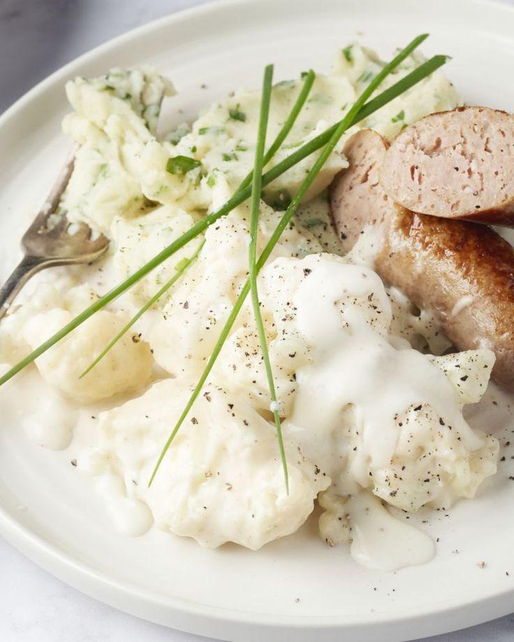 Een echte Belgische klassieker, worst met bloemkool in witte saus. Om het gerecht wat extra te geven, hebben we frisse kruiden toegevoegd aan de aardappelpuree.