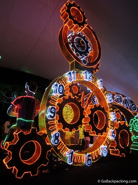 Medellin's equivallent of the Times Square Ball, Gears of a clock count down to the New Year