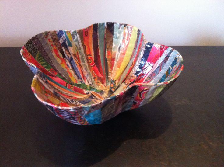 Grand bol forme en forme de trèfle à 4 feuilles en papier maché - Fait main - Décor multicolore bandelettes de revues