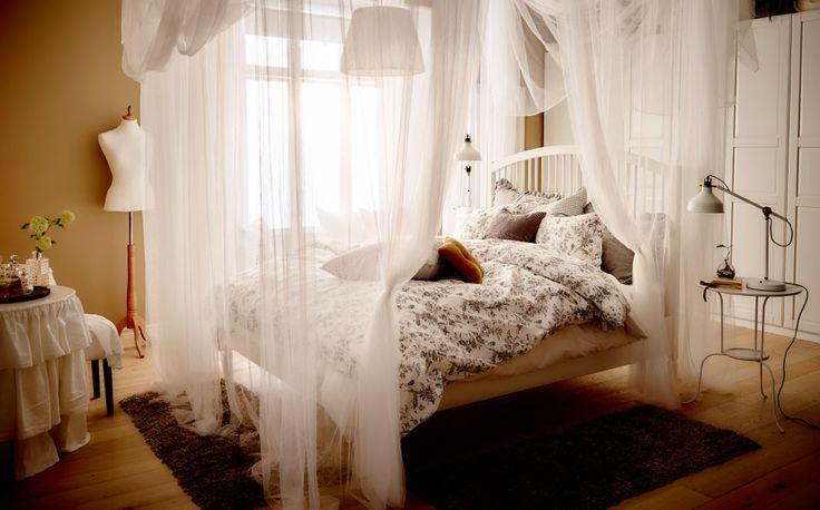 Heng tekstiler ned fra taket og få ei himmelseng i en fei. Dette er første steg mot et mer innbydende soverom.